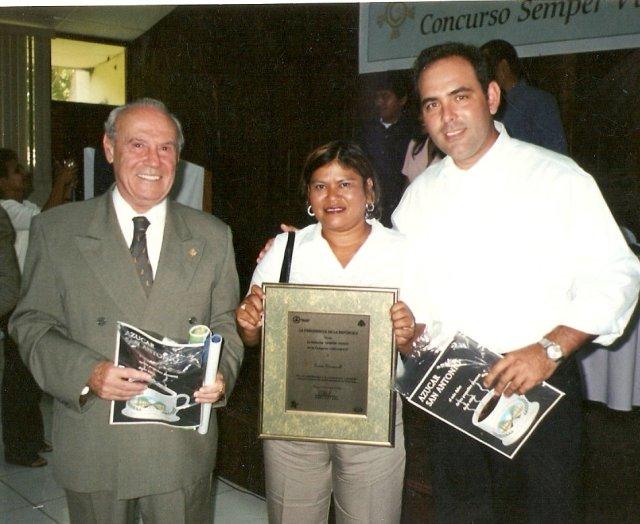 Maritza Vargas recibe el premio ecológico Semper Virens 2002 de parte del vicepresidente de la repúlbica Jaime Morales Carazo y del ministro del MARENA.