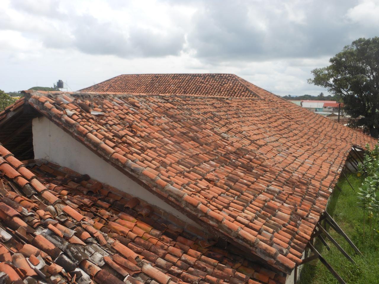 Nuevos da os en el tejado de la casa hacienda santa rsula - Clases de tejas para tejados ...