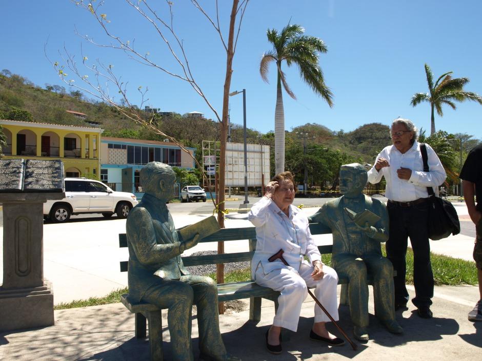 La poeta Ana Chamorro de Holmann de San Juan del Sur (sentada) y en uso de la palabra Sergio Espinoza quién escribe.