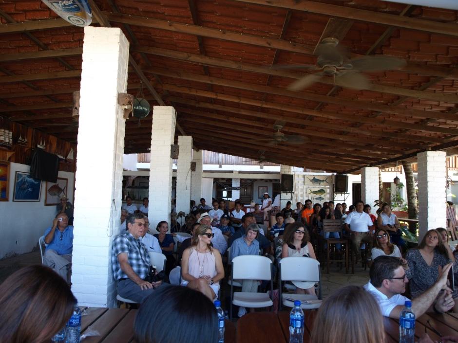 Ochenta y dos personas es un estimado de asistencia; 64 sillas que prestó el hotel Anamar, más 20 sillas plásticas que se tuvieron que alquilar donde doña María Luisa.